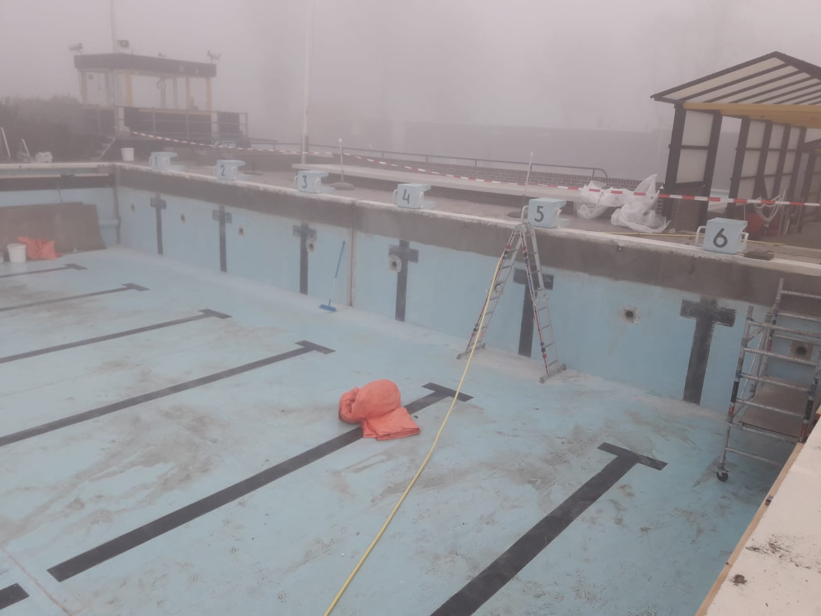 Vervangen van het wandtegelwerk van zwembad De Delte
